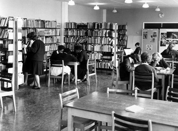 Scene in the library of Kingsdale School, a mixed comprehensive in Dulwich, South London, which opened in the 1950s. Date: 1950s