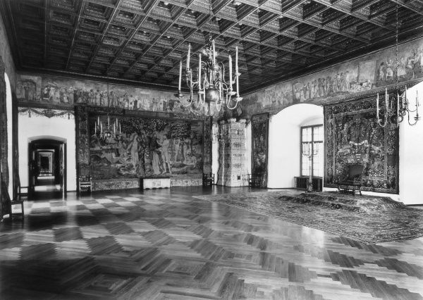 One of the grand reception rooms, with wall tapestries in the Royal Castle ('Wawel' or 'Vavel'), in Kracow (Cracow), Poland. Date: medieval