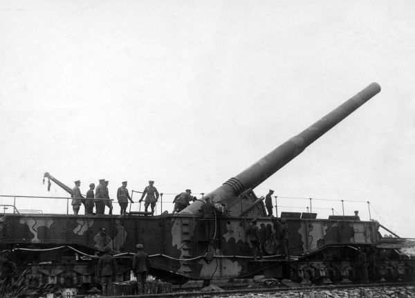 A large British gun being inspected by a group of officers during the First World War. Date: 1914-1918
