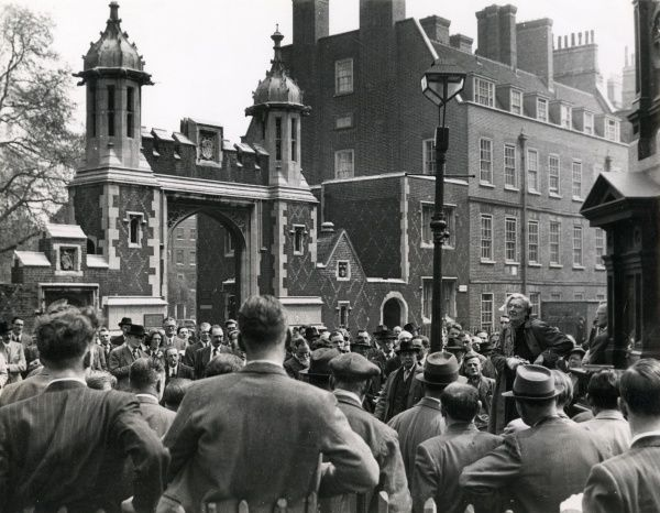 A woman addresses a crowd of men during a lunchtime oration at Lincolns Inn Fields, London Date: 1950s