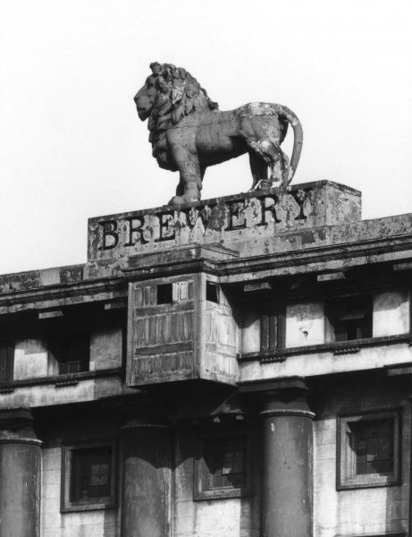 The famous lion statue on the Lion Brewery, Waterloo, London. The brewery was demolished in 1951 to make way for the Royal Festival Hall and Festival of Britain Date: 19th century