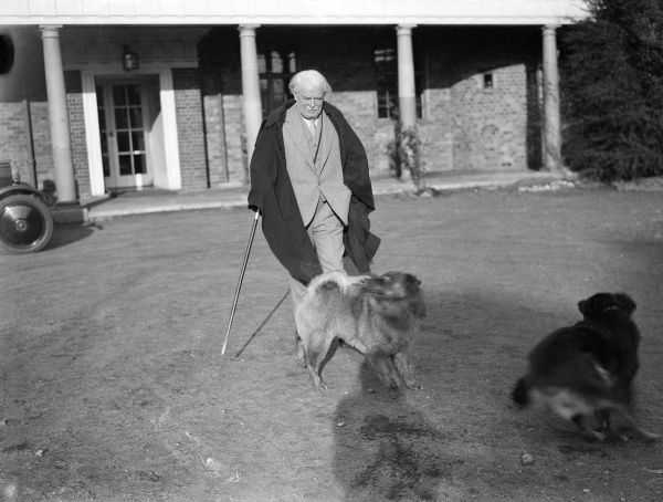 DAVID LLOYD GEORGE with his pet dog at Churt, Surrey, England. Date: 1863 - 1945