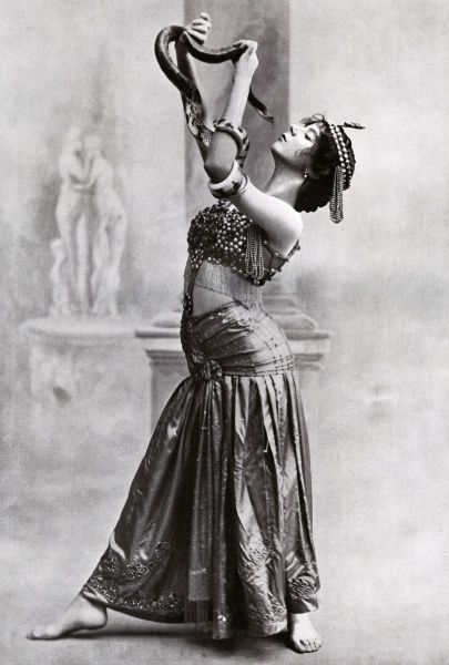 LOLA LEE Exotic dancer, partnered by a live boa constrictor Date: early 20th century