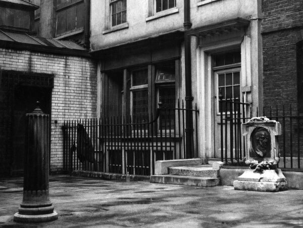 Pickering Place, St. James's Street, London, one of London's smallest squares, with a bust of Palmerston. A spot where once the gallants used to settle disputes. Date: 1930s