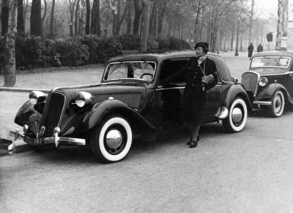 PAULINE POTTER DE ROTHSCHILD Madame de Rothschild, standing beside her car. In her heyday she was a famous fashion icon and translator of Elizabethan poetry into French. Date: 1908 - 1976
