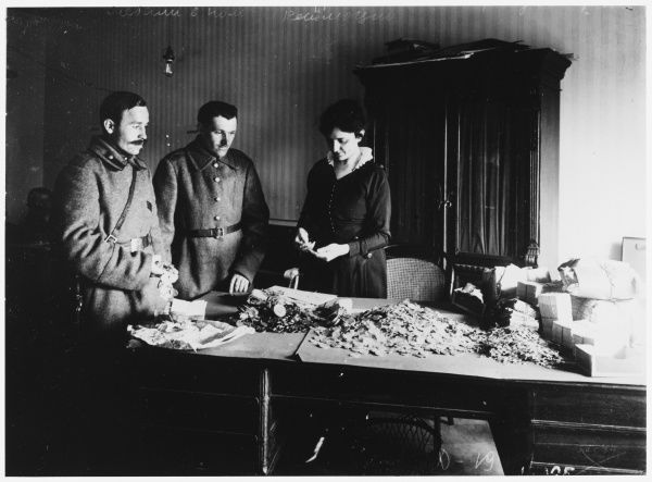 RUSSIAN REVOLUTION - Petrograd : Soldiers donate medals and gold to the cause of the Revolution