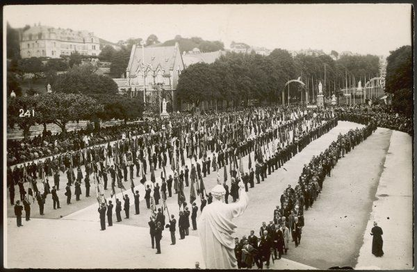 Ceremonial parade of the Men's Pilgrimage on the Esplanade