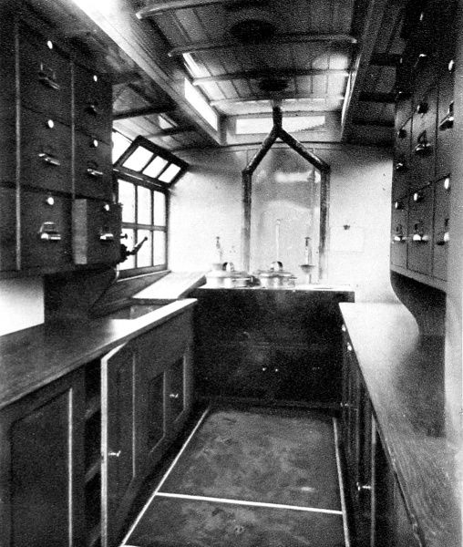 A motor field kitchen: A war gift from the Leather Sellers. company