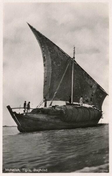 Traditional Iraqi Muheileh transport boat on the Tigris, Iraq Date: circa 1920s
