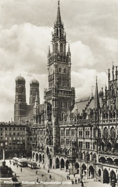 The Neue Rathaus (New Town Hall), famed for the mechanical dancing wooden figures which perform on the hour, in the Marienplatz, Munich (Munchen)
