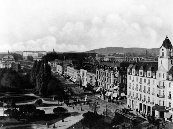 Carl Johans Gate, in central Oslo : the royal palace can be seen in the distance. Date: 1914