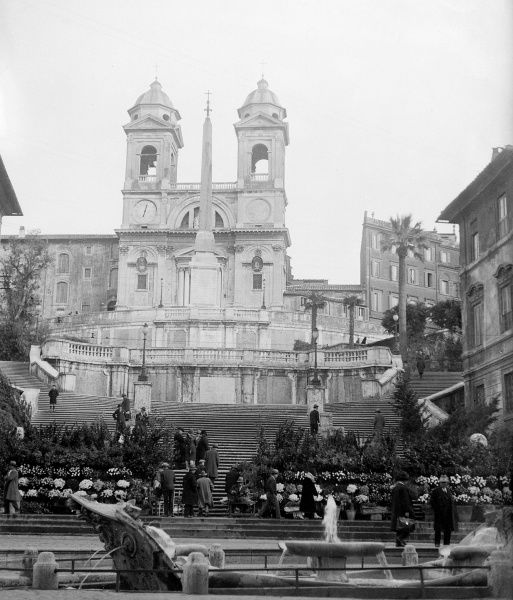 The Piazza di Spagna, one of the most popular meeting places and visually pleasing squares in Rome, Italy. Date: 1930s