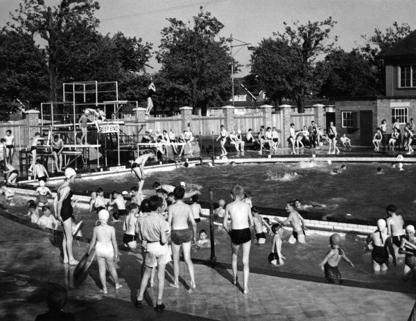 A noisy scene at Port Sunlight open air swimming pool, with lots of children having fun, Merseyside, England. Date: circa 1960