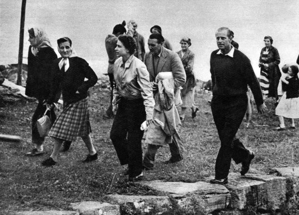 Queen Elizabeth II and Prince Philip enjoy a summer holiday at Balmoral, on this occasion they walk up the jetty at Applecross to visit the home of Major and Mrs John Wills, friends of the Royal family. Date: 1958