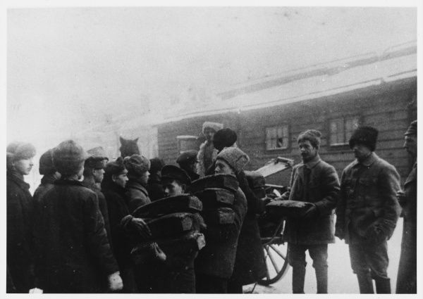 War and revolution have brought terrible hardship to the general public : Red Army soldiers distribute supplies to the needy