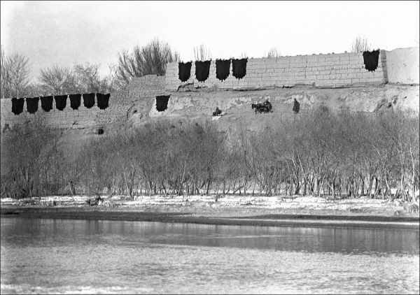 A riverside scene in Kashgar, western China. Laundry (perhaps washed in the river) appears to be hanging on walls to dry. Photograph by Ralph Ponsonby Watts