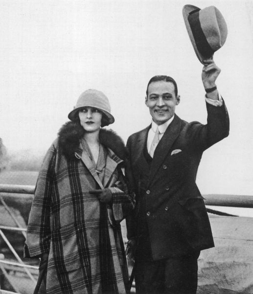 Rudolph Valentino arrives in England with his wife Natacha Rambova, after crossing the Atlantic on board the 'Aquitania&#39