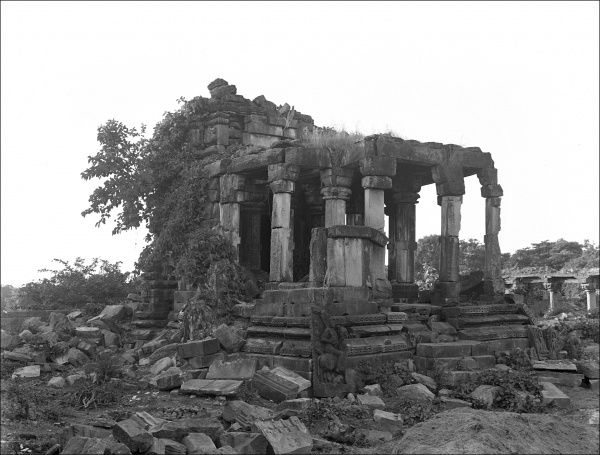 A ruined building, probably a temple or shrine, in India in the early 1920s. Photograph by Ralph Ponsonby Watts