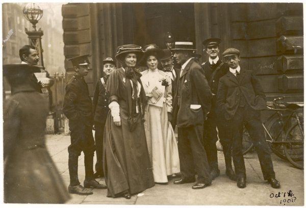 Christabel Pankhurst and the Pethick-Lawrences outside Bow Street Magistrate's Court during 'Rush' Trial