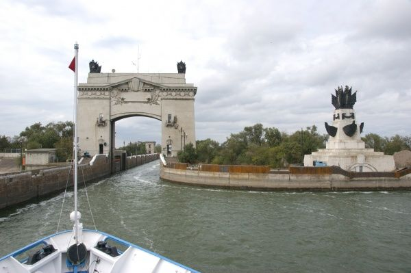 Russia, between Volgograd (Zaryzin, Stalingrad) and Rostov (Don). The bow of the RV Anton Tschechov in the Volga-Don Channel, entering a lock. Date: 2010