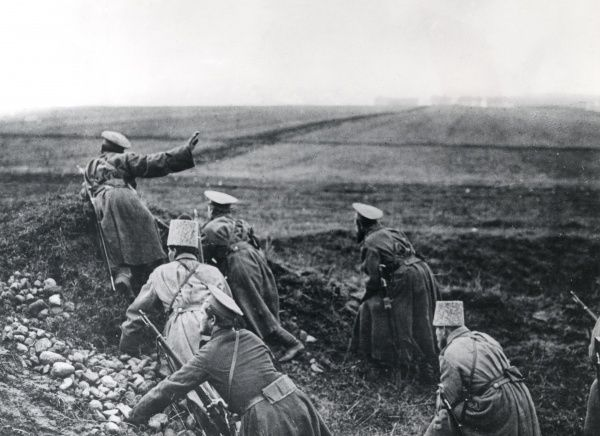 A Russian infantry patrol reconnoitring during the First World War. Date: 1914-1918