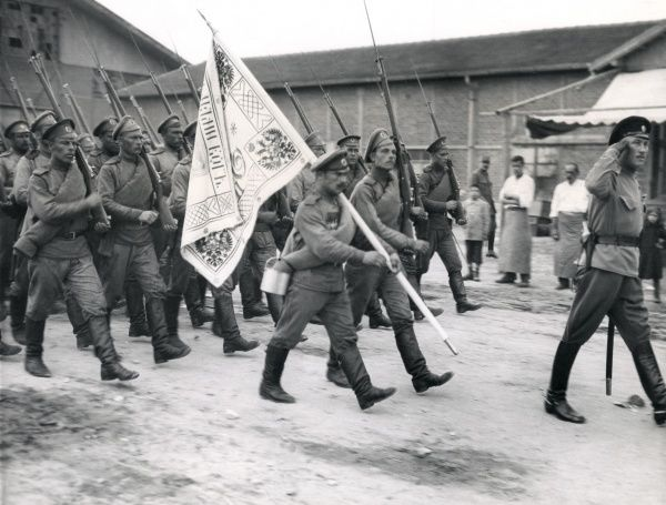 Russian troops landed at Salonika (Salonica, Thessaloniki, Greece) during the First World War. They are marching along the quay headed by their Colours. Date: July 1916
