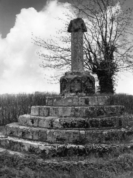 The ancient village cross at Sarsden, Oxfordshire, England. Date: 1930s