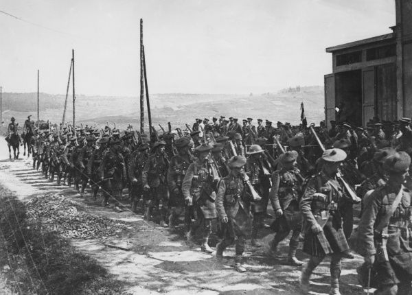 Scottish troops on the march during the First World War. Date: 1918