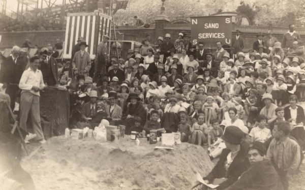 A Sunday School service on the beach attracts a big crowd : NSSU presumably stands for National Sunday School Union. Date: 1920s