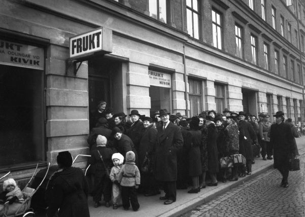 Lining up to get some fresh fruit, Malmo, Sweden 1948. Date: 1948