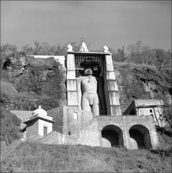 A shrine containing a large statue of a human figure in an unidentified location in India. Photograph by Ralph Ponsonby Watts
