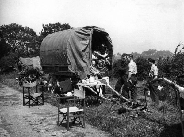 A gipsy encampment in the process of unlimbering, Home Counties, England. Date: 1940s