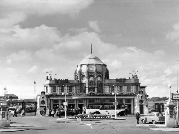 The Royal Pier, Southampton, Hampshire, England. Originally designed by Doswell and built in timber by William Betts, the pier was opened by Princess Victoria in 1833. Date: 1960s