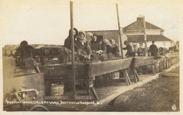 Southwold, Suffolk - Scottish fisher girls at work Date: circa 1910s