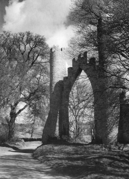 Spectacle Arch, near Northampton, Northamptonshire, England. It was built in the early 1800s by the 1st Earl of Strafford and stands on a lane between Boughton and Pitsford. Date: early 19th century
