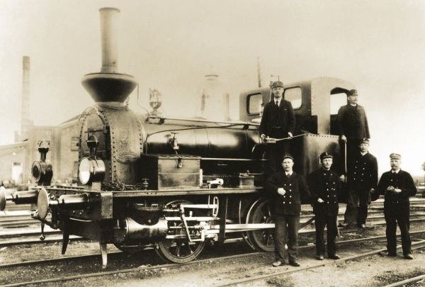 The steam engine no. 9, Landskrona, and the engine driver, fireman, and workers at the railway station. 1902. Date: 1902