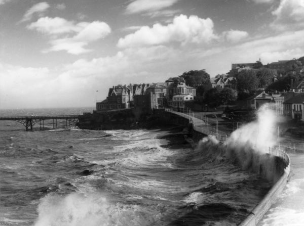 High tide and heavy seas at the British seaside resort of Clevedon, North Somerset, England. Date: 1950s