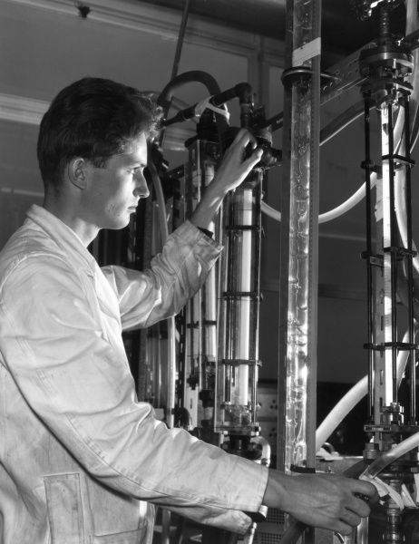 Scientific Assistant G. Dimmick, studying liquid flow down surfaces, in connection with the S.G.H.W. reactor programme, Winfrith Atomic Energy Establishment. Date: 1960s