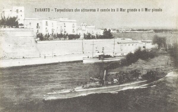 A Torpedo boat at Taranto, Italy passes through the canal connecting the Little Sea with the Great Sea. Date: circa 1910s