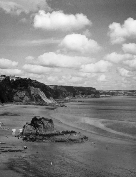 North Beach, Tenby, a fine stretch of sand and cliffs on the Pembrokeshire coast, Wales. Date: 1960s