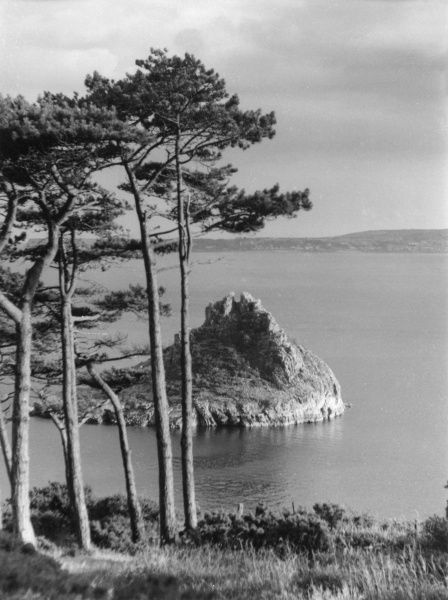 A picturesque glimpse of the weel-know Thatcher Rock at Torquay, Devon, England. Date: 1950s