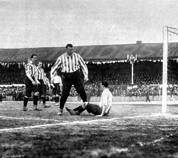 Photograph of the 1901 F.A. Cup Final between Tottenham Hotspur and Sheffield United held at Bolton