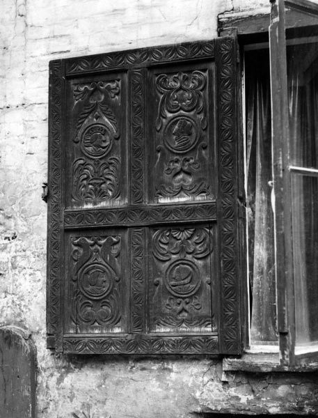 One of the elaborately carved shutters on the house in Tombland, Norwich, Norfolk, England, built in 1526 for Augustine Steward, Sherriff, Mayor and M.P. for Norwich. Date: 16th century