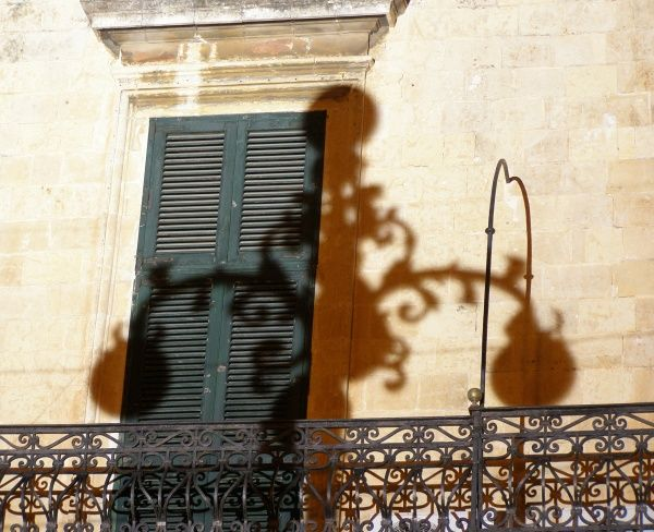 Notte Magica festival (Twelfth Night, it-Tre Re {Maltese for The Three Kings}), Valletta, Malta: ornate street-light shadow on the wall of the Grand Master's Palace