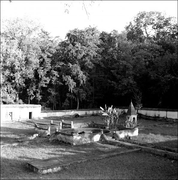 An unidentified building, possibly a fort, in India. Photograph by Ralph Ponsonby Watts