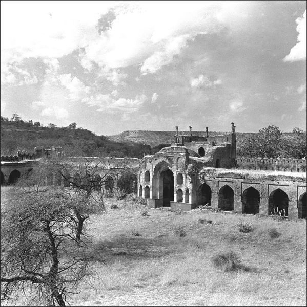 An unidentified building, possibly a fort, in Madhya Pradesh, Central India. Photograph by Ralph Ponsonby Watts