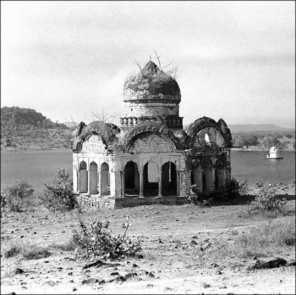 An unidentified ruined building at the side of a river in India. It appears to be a temple or shrine. Photograph by Ralph Ponsonby Watts