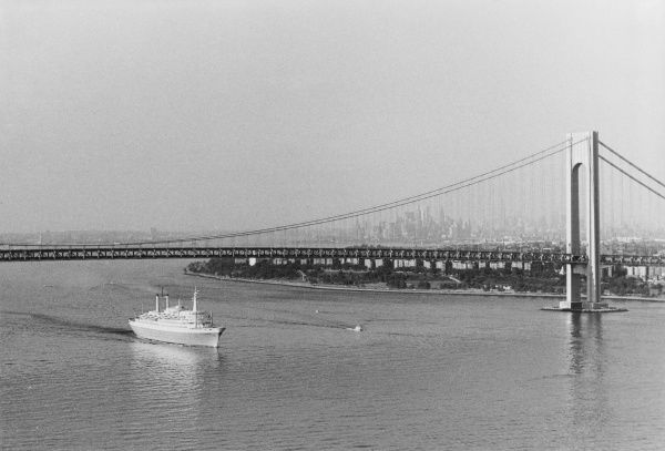 The Verrazano - Narrows Bridge, (Staten Island - Brooklyn), New York, U.S.A. The upper level opened 21 November 1964, the lower opened 28 June 1969. Date: 1960s