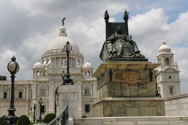 The Victoria Memorial in Kolkata (Calcutta), India, with a statue in the foreground of Queen Victoria on a throne. The memorial was built between 1906 and 1921 in memory of Queen Victoria of Great Britain and Empress of India. It is now a museum