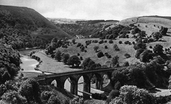 View of the River Wye in Monsal Dale, near Buxton, in the Derbyshire Peak District. The Headstone Viaduct can be seen in the foreground, built by the Midland Railway in 1863. Date: circa 1920